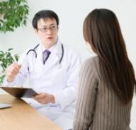 診察室で話をする主治医と女性患者