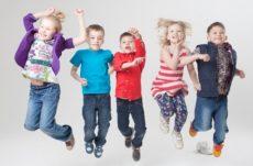 小学生の子供たちがジャンプしている画像