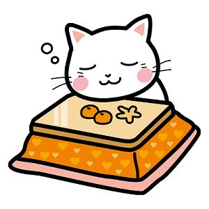 コタツでみかんを食べて居眠りする猫