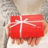心のこもったプレゼントを手渡す