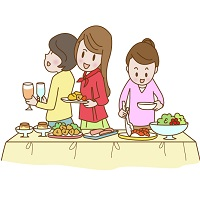 バイキング形式の料理を取る女性たち