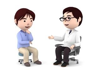 説明する医師と話を聞く男性患者さん
