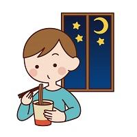 夜寝る前にカップラーメンを食べる男性