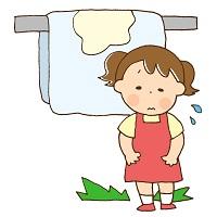 おねしょをしてしまって布団の前でしょんぼりしている女の子
